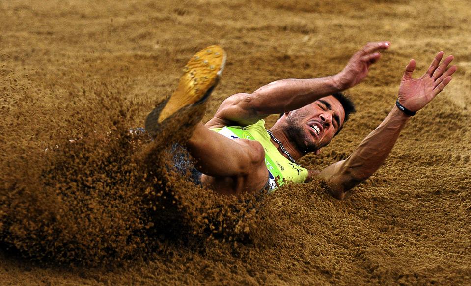 8) Грек Луис Тсатумас соревнуется в прыжках в длину на этапе Гран-при ИААФ в Афинах 2009, 13 июля. (ARIS MESSINIS/AFP/Getty Images)