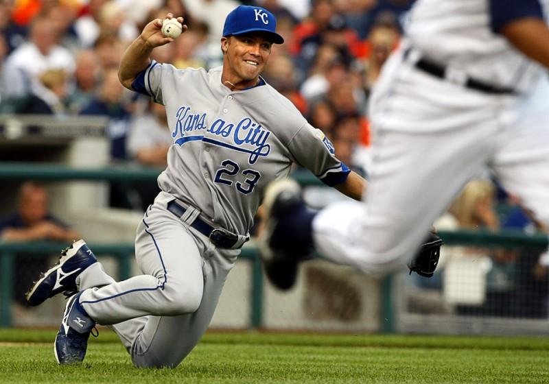 21) Питчер команды «Kansas City Royals» Зак Гранке во время броска. На переднем плане – игрок Джеральд Лэрд из Detroit Tigers во время матча MLB по бейсболу в Детройте 8 июля. (REUTERS/Rebecca Cook)