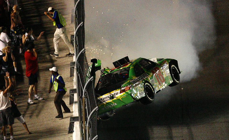 29) Машина  Кайла Буша врезается в стену, после столкновения с авто Тони Стюарта у финишной линии гонки Coke Zero 400 в на скоростной магистрали в Дайтона-бич 4 июля. (AP Photo/Glenn Smith)