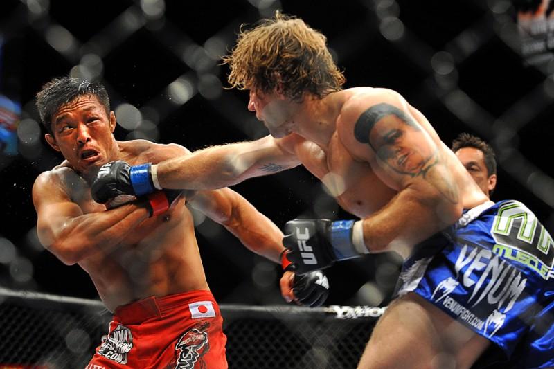22) Удар правой Алана Белчера в поединке UFC 100 против Йошихиро Акиямо в среднем весе 11 июля, Лас-Вегас. (Jon Kopaloff/Getty Images)