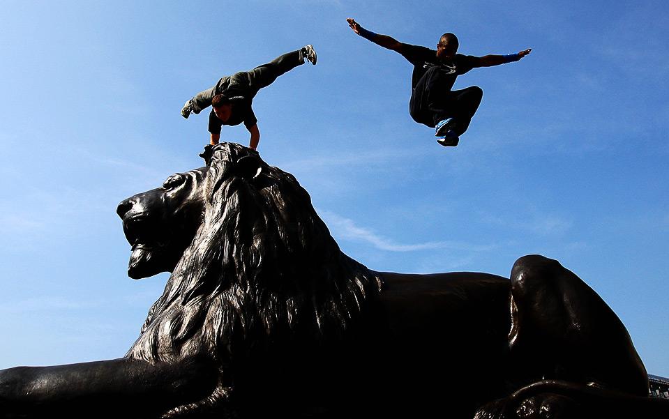 3) Участники Мирового чемпионата по фри-рану Barclaycard перепрыгивают через статую льва в лондонском Трафальгарской площади в Лондоне 2 июля. (Ryan Pierse/Getty Images for Barclaycard)
