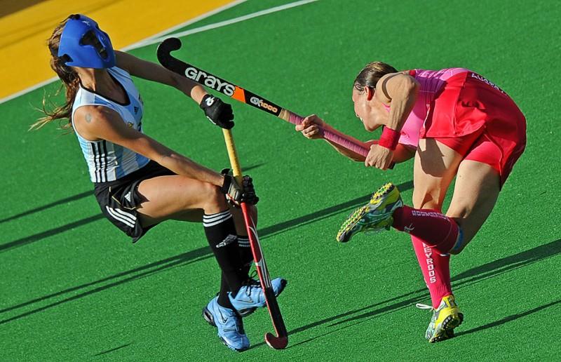 24) Австралийка Николь Аррольд (справа) совершает неудачную попытку штрафного углового в матче с командой Аргентины во время Женского Чемпионата по хоккею на траве в Сиднее 12 июля. (GREG WOOD/AFP/Getty Images)