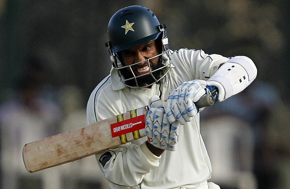31) Раздосадованный пакистанец Мохаммед Юсуф после промаха по мячу во время крикетного матча против Шри-Ланки. Снимок сделан 5 июля в городе Галле. (REUTERS/Vivek Prakash)
