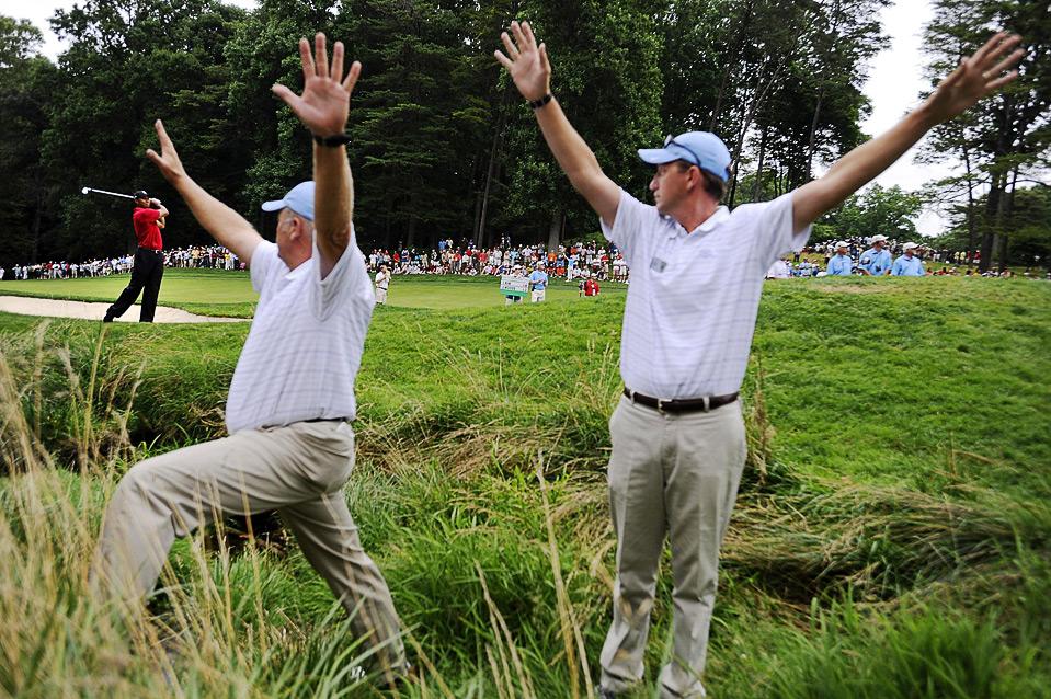 4) Удар Тайгера Вудса на 11-ой лунке во время гольф-турнира AT&T National PGA в клубе Congressional Country, в Бетесде, Мэриленд 5 июля. (REUTERS/Jonathan Ernst)
