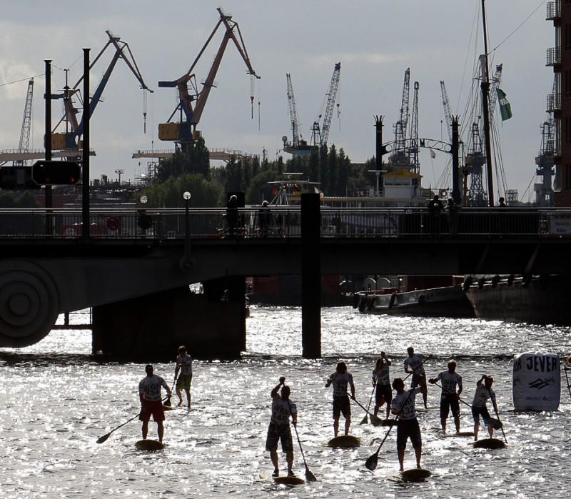 30) Соревнования по серфингу с веслом во время Мирового Кубка Jever SUP 2009 10 июля в Гамбурге. (Krafft Angerer/Bongarts/Getty Images)
