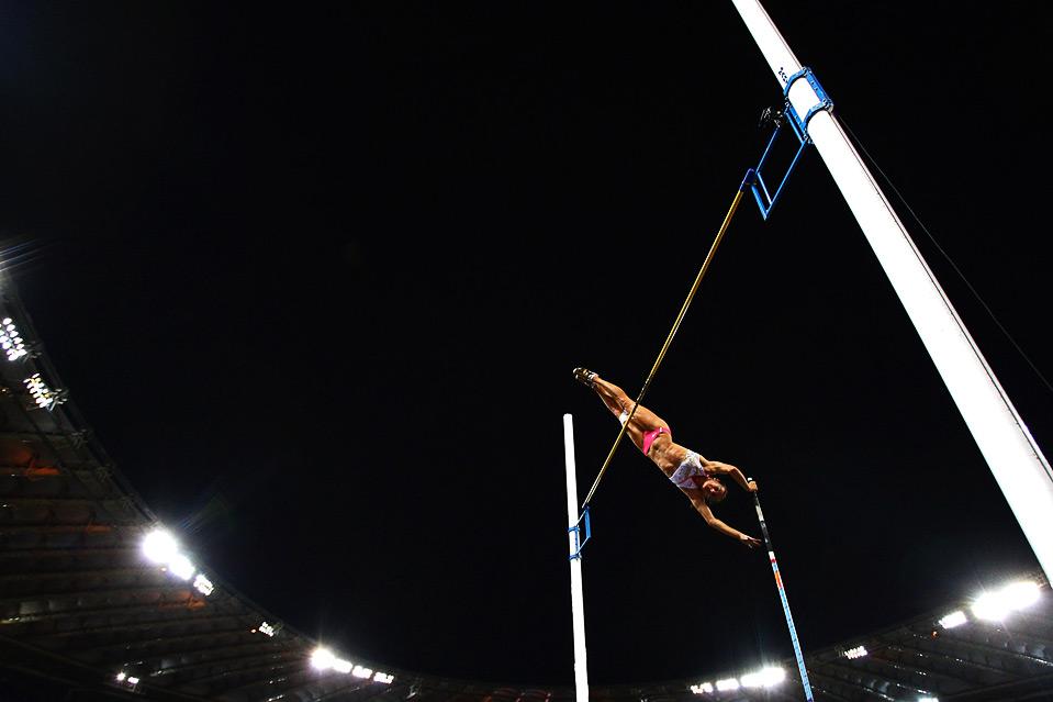 3) Елена Исынбаева из России соревнуется в прыжках с шестом на этапе «Золотой лиги» ИААФ на стадионе «Олимпико» в Риме, 10 июля. (Ryan Pierse/Getty Images)