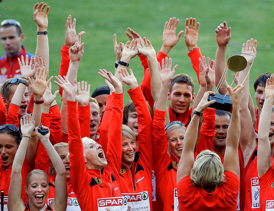 2) Немецкая метательница копья Кристина Обергфоль вместе со своими друзьями по команде радуется награде после того, как Германия стала победительницей Командного Чемпионата Европы в Лейре, Португалия, 21 июня. (AP Photo/Armando Franca)