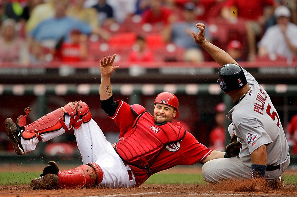 8) Альберт Пуйоль (справа) из команды «St. Louis Cardinals» пытается попасть в «дом» в противоборстве с Рамоном Эрнандесом из «Cincinnati Reds». Бейсбольный матч MLB в Цинцинати 4 июля. (Andy Lyons/Getty Images)