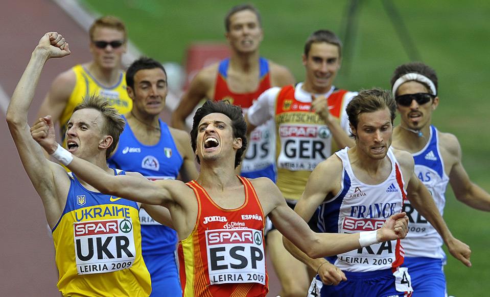 1) Испанец Мигель Квесада (в центре) радуется победе в беге у мужчин на дистанции 800м. на Командном Чемпионате Европы в Лейре, Португалия, 21 июня. (MIGUEL RIOPA/AFP/Getty Images)