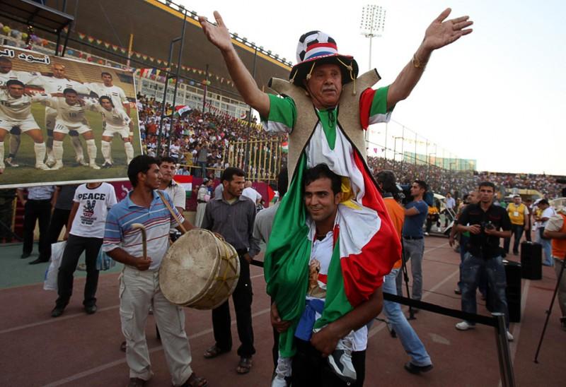 33) Более 25 тысяч иракских футбольных болельщиков собрались на матче против Палестинской команды в иракском городе Ирбиль, 10 июля. Этот матч стал преимущественно символом борьбы за стабилизацию отношений между народами, нежели борьбы за спортивные результаты. (AP Photo/Karim Karim)