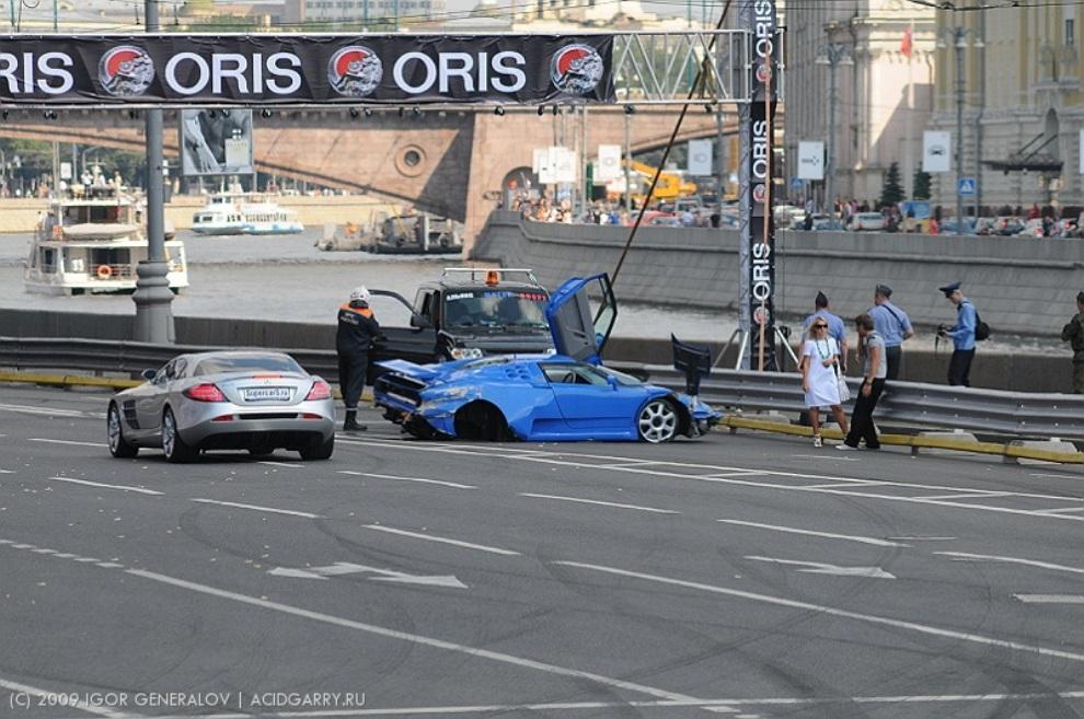Из-за аварии гонки приостановили на час, после чего возобновили.
