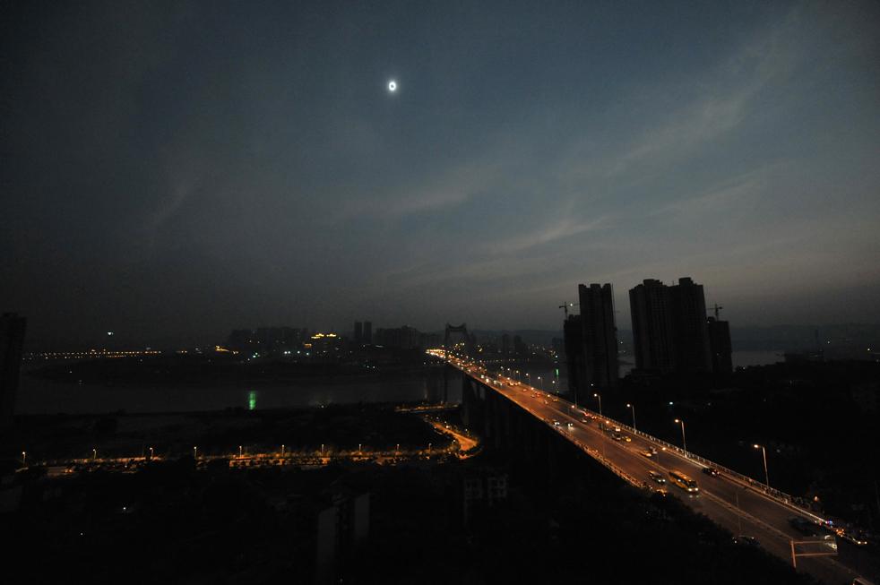 25) Темное небо над муниципалитетом Чунцин в юго-западном Китае 22 июля. (Getty Images/AFP)