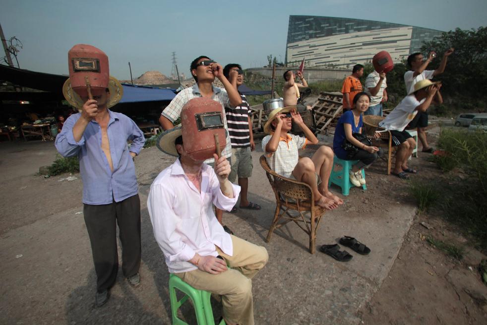 24) Местные жители собрались здесь, чтобы посмотреть на солнечное затмение в юго-западной части Китая в муниципалитете Чунцин 22 июля. (Getty Images/AFP)