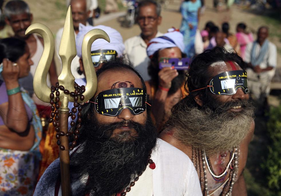 23) Садху, индуистские святые, наблюдают за солнечным затмением через специальные очки в Аллахабаде, Индия, в среду, 22 июля. (AP/Rajesh Kumar Singh)