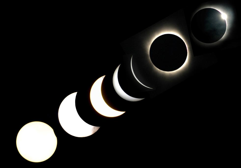 17) На этом снимке с многократной экспозицией можно увидеть различные этапы полного солнечного затмения в деревне Baihata, в 30 км от Гувахати, столице северо-восточного индийского штата Ассам 22 июля. (AFP/Getty Images/Biju Boro)