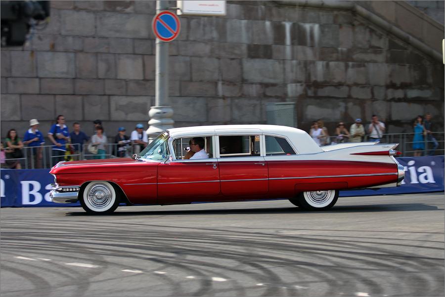 """Кроме заезда """"Формулы-1"""" в центре Москвы прошел парад спортивных машин и шоу спортивных и ретро-автомобилей."""