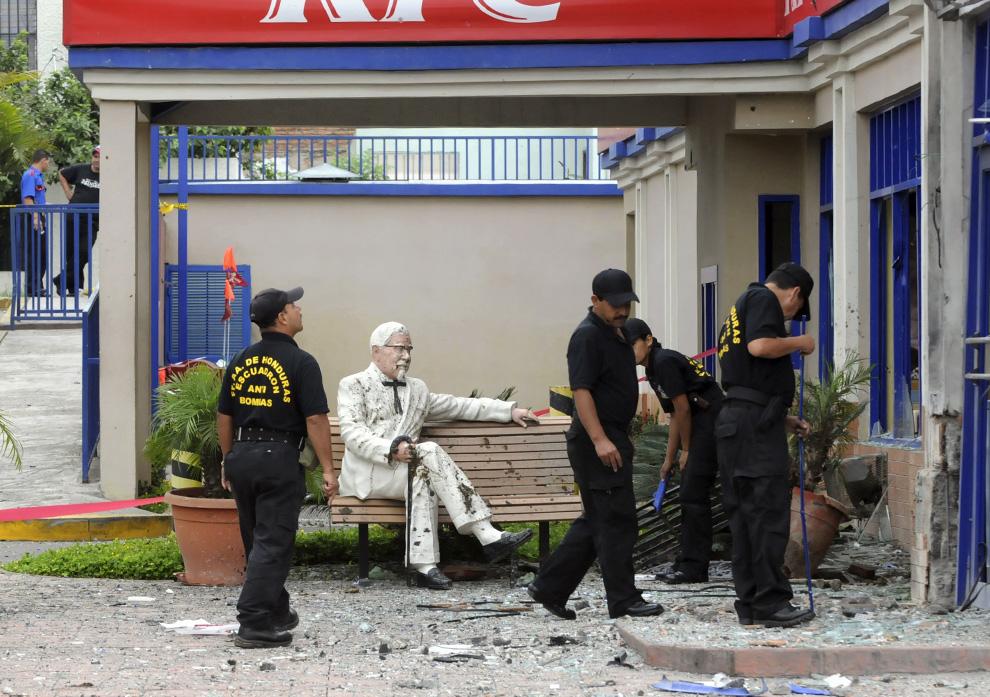 35) Группа по обнаружению и обезвреживанию взрывных устройств оценивают ущерб нанесенный ресторану быстрого обслуживания в Тегусигальпе после взрыва гранаты рано утром 03 июля 2009. (ORLANDO SIERRA/AFP/Getty Images)