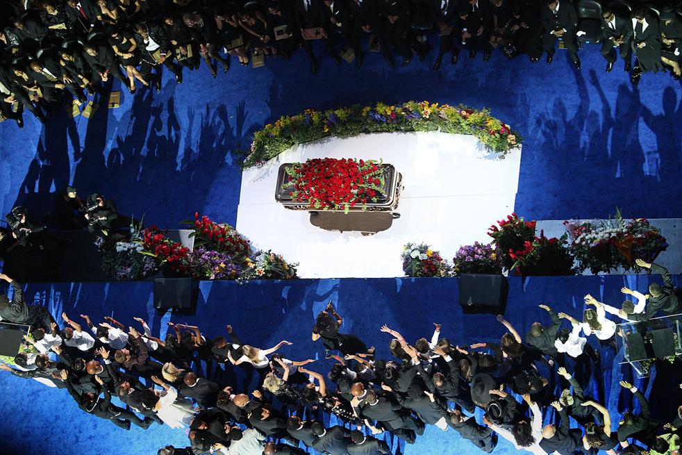 """1) Семья и друзья Майкла Джексона поют его песню """"We are the World"""" во время мемориальной службы в «Staples Center» в Лос-Анджелесе, штат Калифорния, во вторник, 7 июля. (Los Angeles Times/Wally Skalij)"""