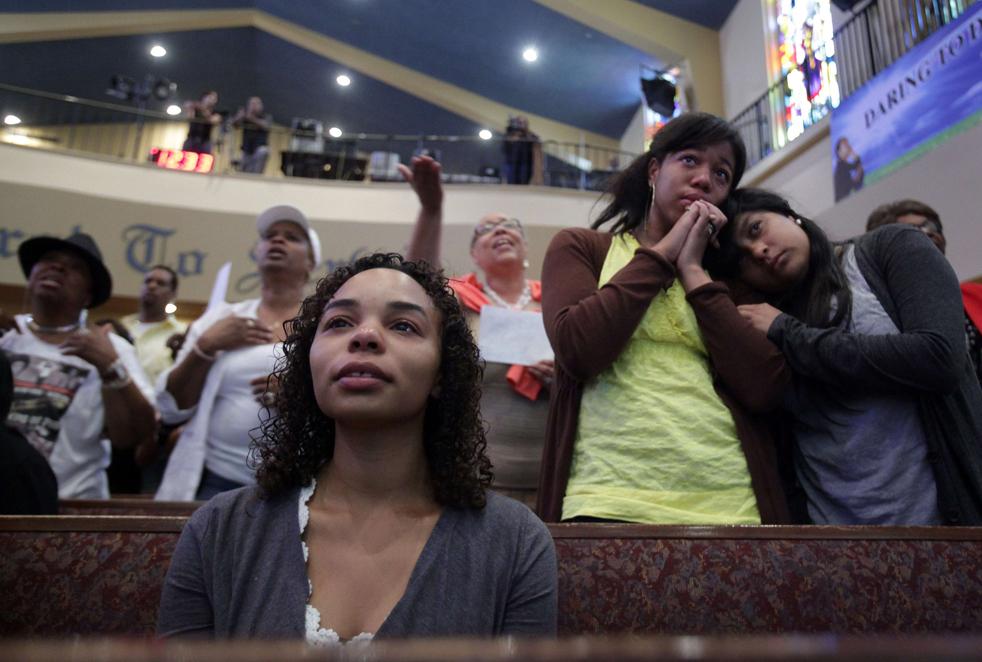 5) Кандис Хурд-Белтрана, слева и впереди, Николь Калхун, в центре, и Жасмин Mejilla, срава, из Лос-Анджелеса, смотрят  в прямом эфире церемонию прощания с Майклом Джексоном в первой африканской методистской епископальной церкви в Лос-Анджелесе. (AP/Carolyn Kaster)