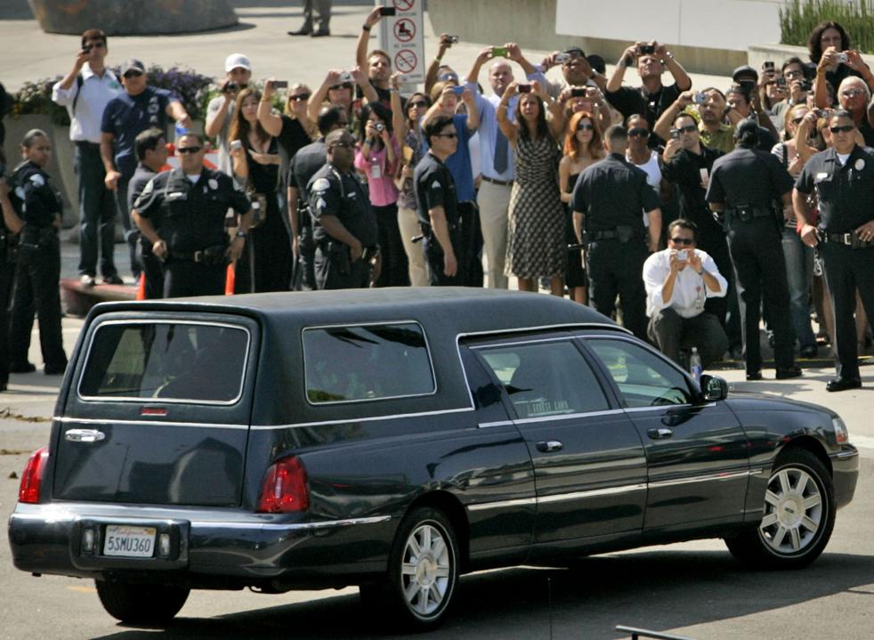 7) Катафалк с телом Майкла Джексона прибывает в Staples Center на мемориальную службу во вторник, 7 июля, в Лос-Анджелесе. (AP/Marcio Sanchez)