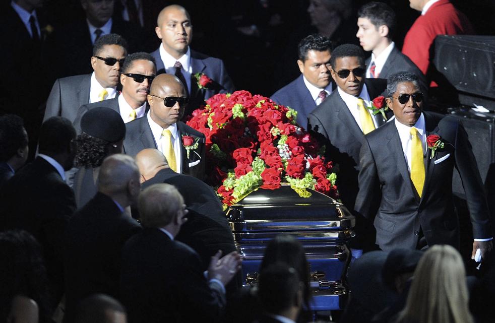 8) На сцену, под пение госпел-хора, несут гроб с с телом Майкла Джексона. (AP/Kevork Djansezian)