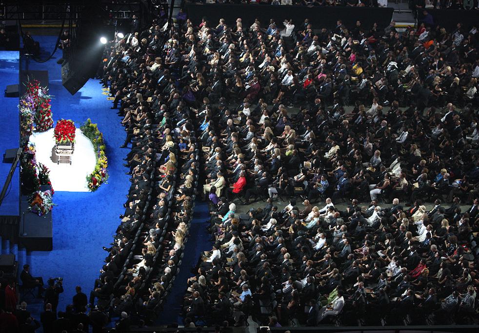 10) Андрэ Крауч Сингерс открывает мемориальную службу в Staples Center. (AP/Mark J. Terrill)