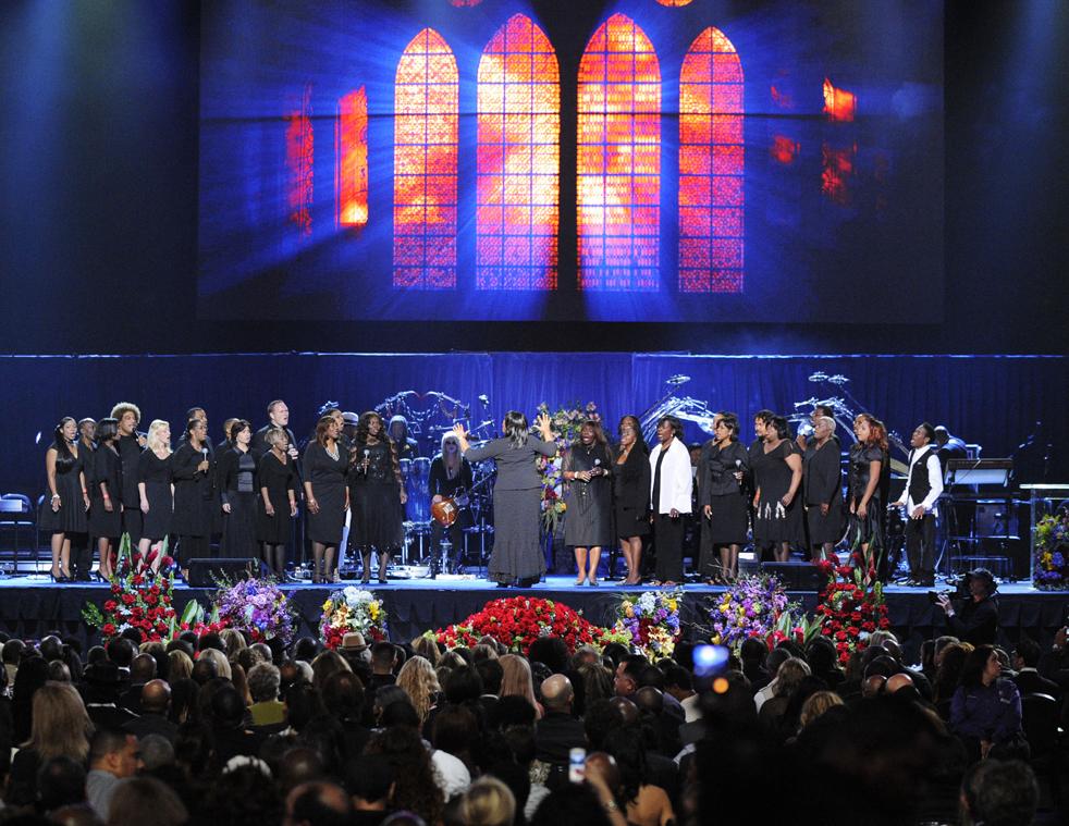 11) Хор Andrae Crouch Singers открывает мемориальную службу в Staples Center. (AP/Mark J. Terrill)