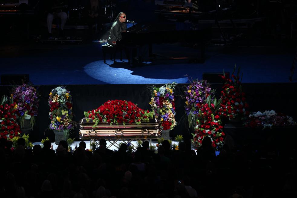 12) Выступление Стиви Вандера выполняет во время мемориальной службы Майкла Джексона в Staples Center в Лос-Анджелесе во вторник, 7 июля. (AP/Monica Almeida)