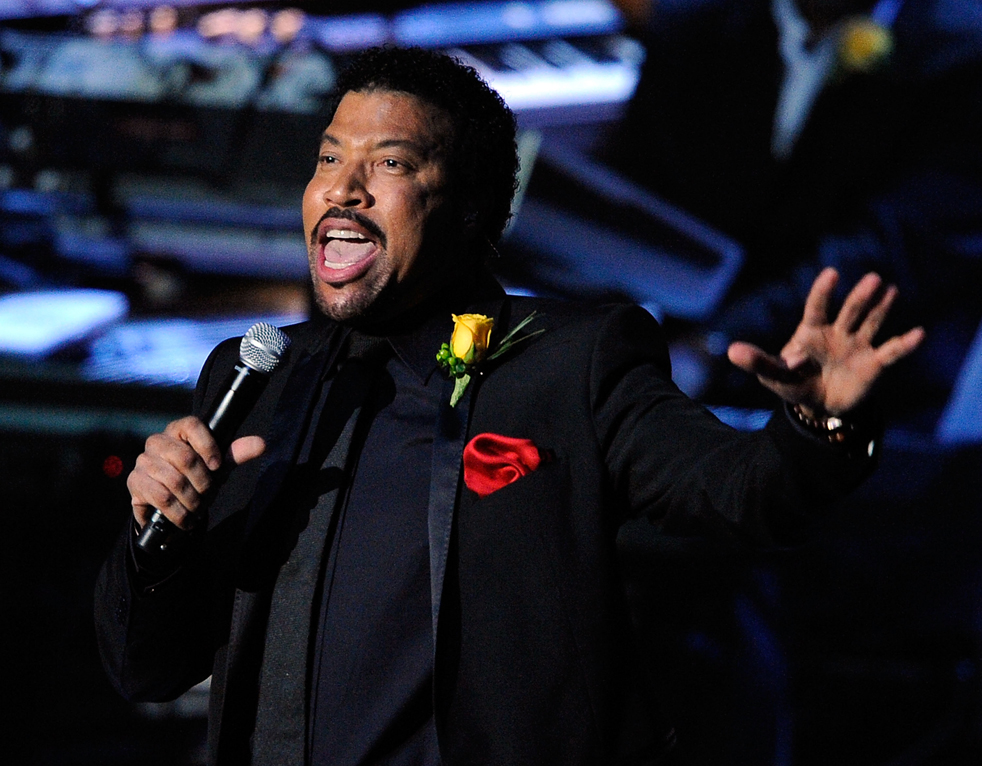 13) Выступление певца Лайонела Ричи во время поминальной службы в Staples Center во вторник, 7 июля, в Лос-Анджелесе. (AP/Kevork Djansezian)