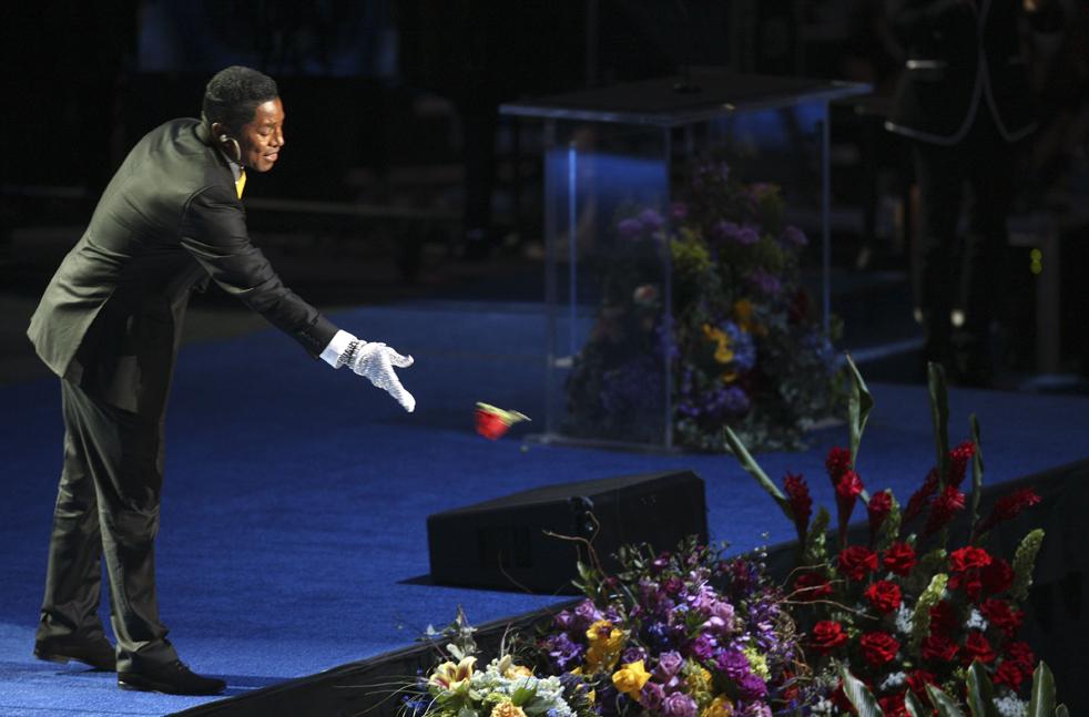 15) Брат Майкла, Джермейн Джексон бросает розу из своей петлицы во время выступления на мемориальной службе. (AP/Mario Anzuoni)