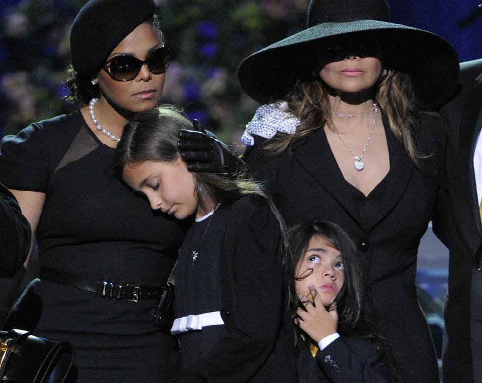 16) Певица Джанет Джексон, слева, Пэрис Кэтрин Джексон, Принц Майкл Джексон II, и ЛаТойа Джексон на сцене во время мемориальной службы Майкла Джексона в Staples Center в Лос-Анджелесе во вторник, 7 июля. (AP/Mark J. Terrill)