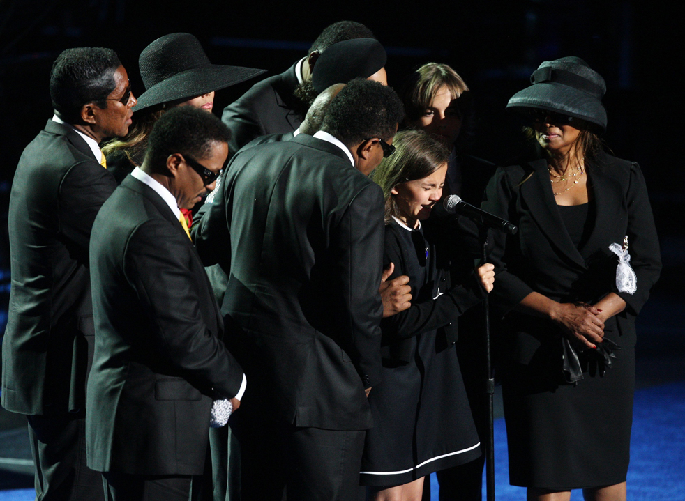 17) Дочь Майкла Джексона Пэрис-Майкл Кэтрин в окружении членов семьи, выступает на мемориальной службе своего отца в Staples Center во вторник, 7 июля, в Лос-Анджелесе. (AP/Mario Anzuoni)