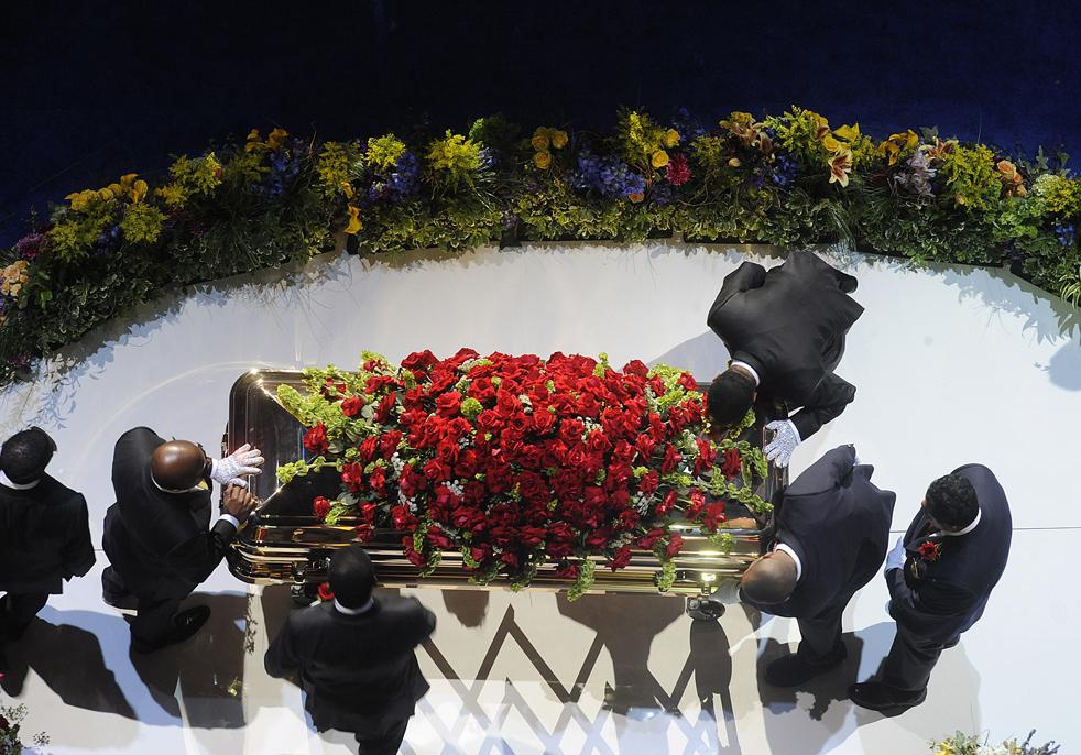 19) Носильщики готовятся унести гроб с телом Майкла Джексона. (Getty Images/Wally Skalij)