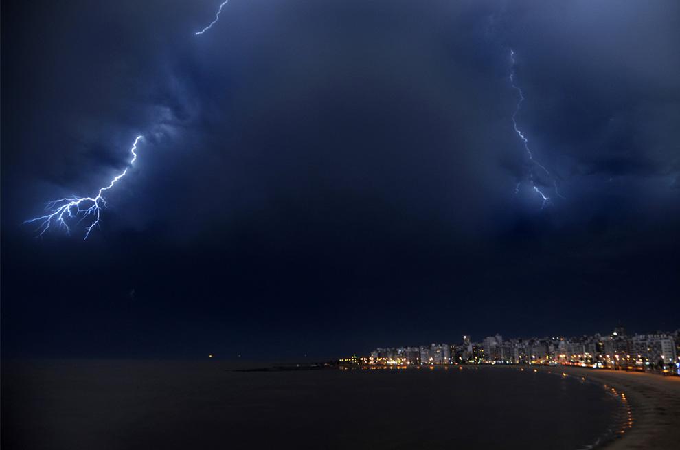 6) Вспышки молний освещают ночное небо над Монтевидео, Уругвай, во время грозы над уругвайской столицей 5 июля 2009. (MARIANA SUAREZ/AFP/Getty Images)
