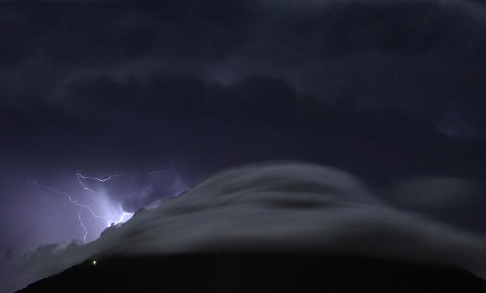 7) Молния бьет в грозовых облаках над вулканом Агуа в Антигуа, в 32 км от Гватемала-Сити 4 июля 2009. (REUTERS/Carlos Barria)