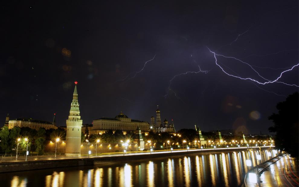 10) Молния над Москвой-рекой и Кремлем вечером 15 июля 2009. (AP Photo/Sergey Ponomarev)