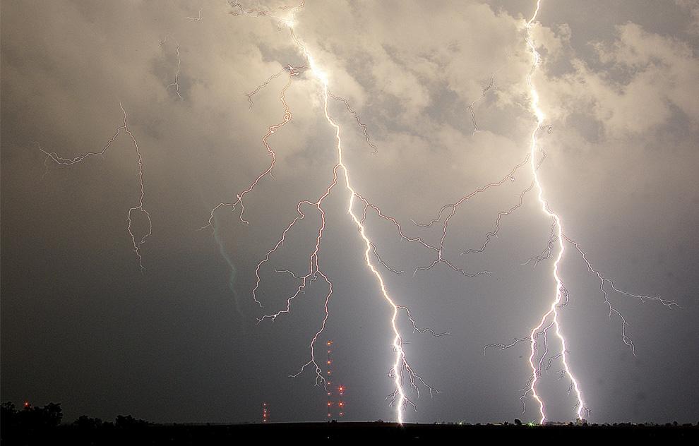 15) Молния бьет за пристанью Флаглер в Флаглер Бич, штат Флорида, во время летней бури 18 июля 2009. (AP Photo/Daytona Beach News-Journal/David Massey)