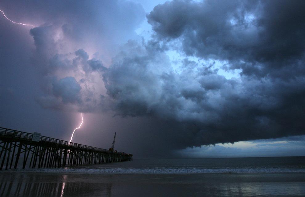 16) Молния бьет за пристанью Флаглер в Флаглер Бич, штат Флорида, во время летней бури 18 июля 2009. (AP Photo/Daytona Beach News-Journal/David Massey)