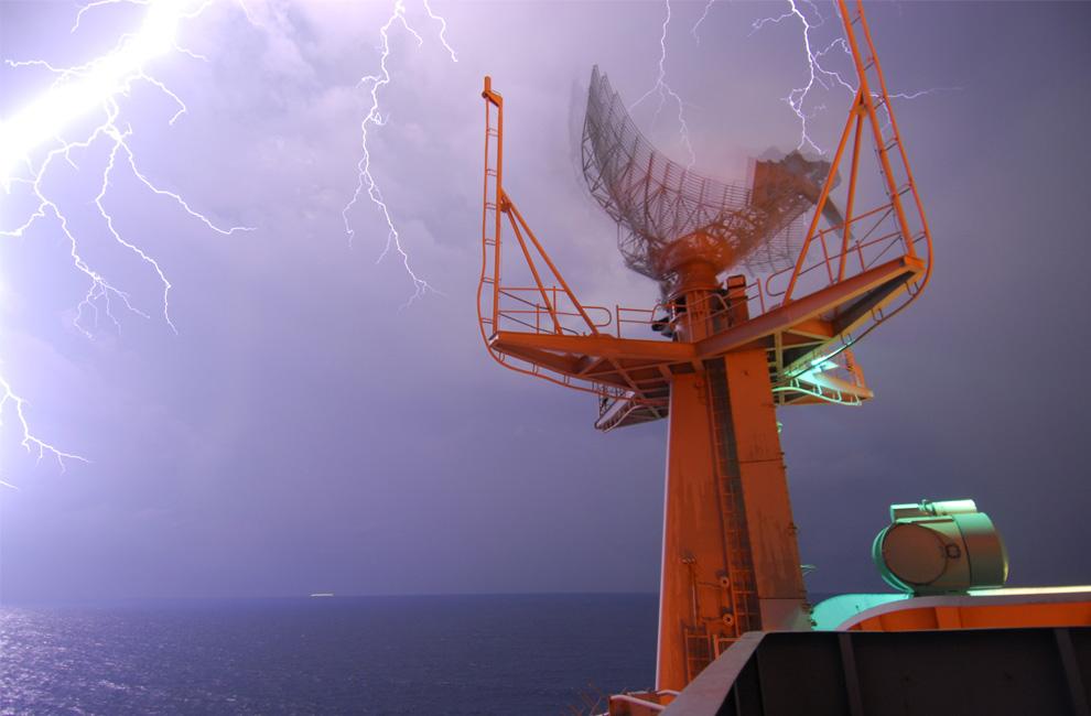 17) Вспышка молнии над авианосцем «John C. Stennis», который в настоящее время находится в Сиамском заливе. Фото сделано 8 апреля 2009. (Mass Communication Specialist 3rd Class Jon Husman/U.S. Navy)