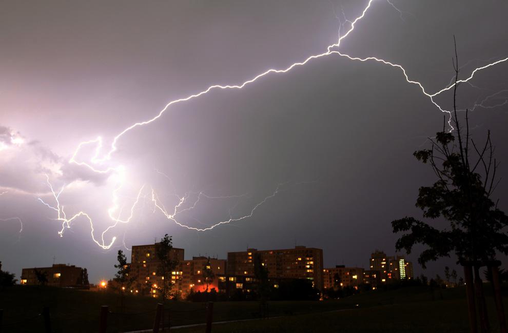 19) Молния над спальным районом Праги во время грозы в ночь на 17 июля 2009. (REUTERS)
