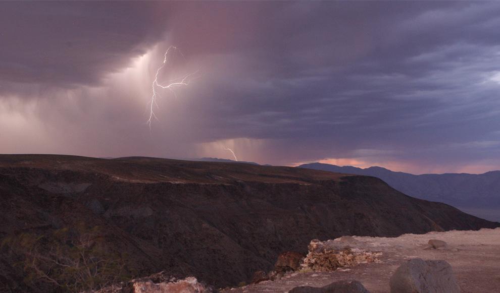 21) Удар молнии над горным хребтом в Национальном парке Долины Смерти в Калифорнии, сразу после захода солнца 21 июля 2009. (REUTERS/Steve Marcus)