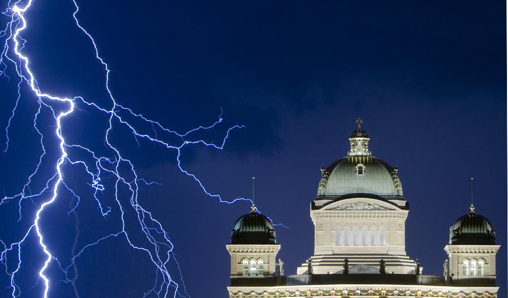 23) Вид на Швейцарский Федеральный дворец в Берне 17 июля 2009 во время грозы. (REUTERS/Michael Buholzer)