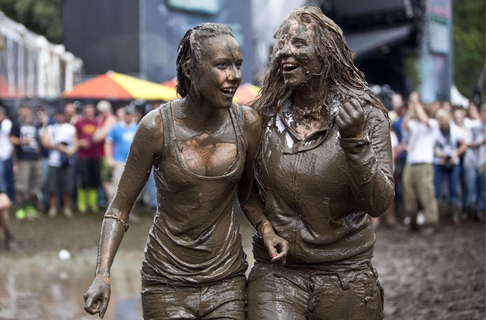 ) Девушки, покрытые грязью, на музыкальном опен-эйре в Санкт-Галлен, Швейцария, суббота, 27 июня 2009. (AP Photo/KEYSTONE/Ennio Leanza)