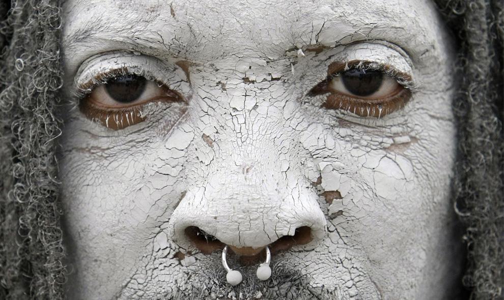 ) Майкл Фиррон из Пенсильвании с засохшей грязью на лице во время фестиваля грязи в Поренге, к югу от Сеула, Южная Корея, суббота, 11 июля 2009. (AP Photo/ Lee Jin-man)