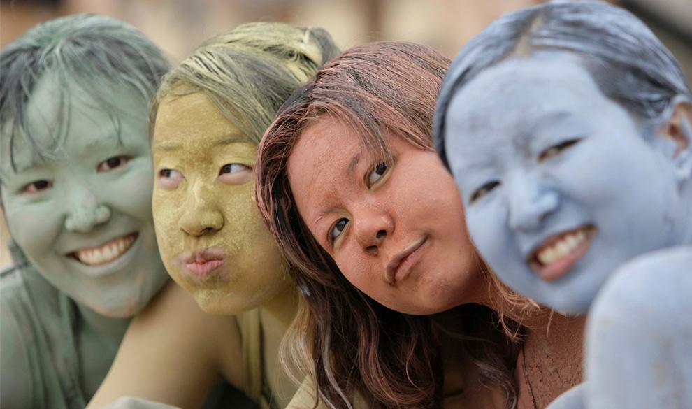 ) Азиатские туристки, вымазанные в цветной глине во время Фестиваля морской грязи в Порёне. (AP Photo/ Lee Jin-man)