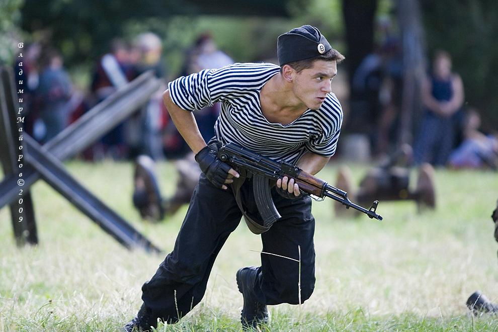 18) Каскадер в костюме матроса в прыжке на вражескую амбразуру.