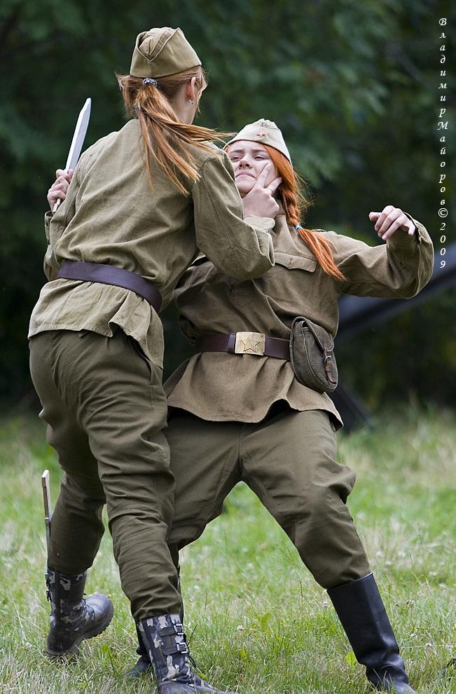 10) Девушки -каскадеры демонстрируют приемы рукопашного боя. Костюмы времен Великой Отечественной войны и бутафорское оружие