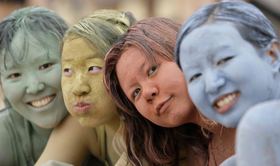 Азиатские туристки, вымазанные в цветной глине во время Фестиваля морской грязи в Порёне. (AP Photo/  Lee Jin-man)