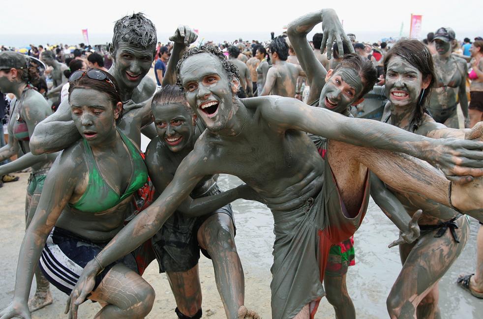Участники Фестиваля морской грязи в Порёне. (Photo by Chung Sung-Jun/ Getty Images)