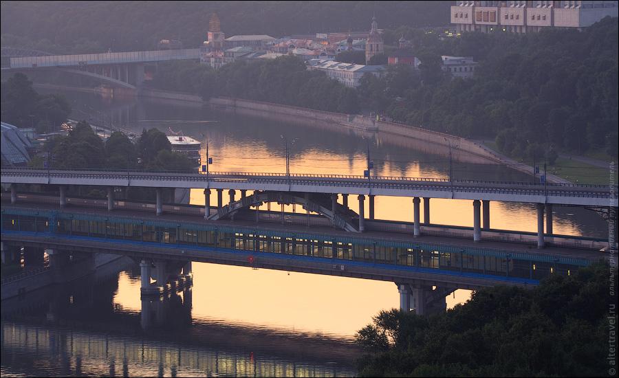 ) Метромост и станция метро Воробьевы горы. Вдалеке Новоандреевский мост.